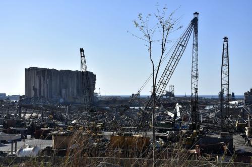 Uma vista de edifícios danificados e o processo de remoção de destroços em andamento no porto de Beirute, em 17 de agosto de 2020. [Mahmut Geldi/Agência Anadolu]