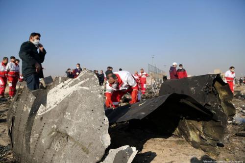Oficiais inspecionam peças do Boeing 737 de bandeira ucraniana abatido no Irã, em 10 de janeiro de 2020 [Fatemeh Bahrami/Agência Anadolu]
