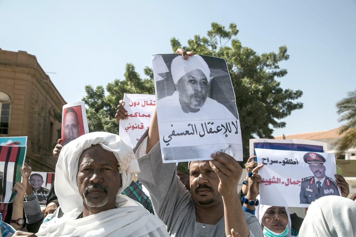 Um grupo de sudaneses faz uma manifestação exigindo a libertação dos membros de administração do presidente derrubado Omar al-Bashir em Cartum, Sudão, em 13 de janeiro de 2021. [Mahmoud Hjaj/Agência Anadolu]