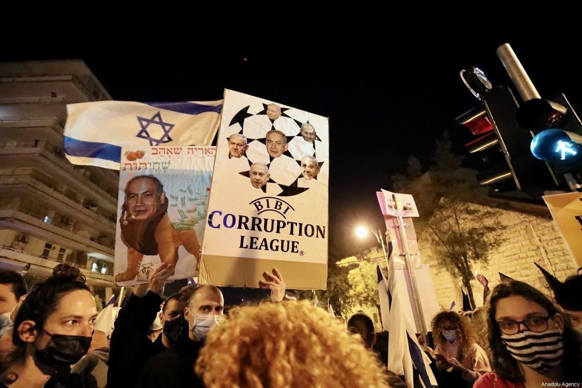 Milhares de pessoas se reúnem em frente ao Parlamento israelense durante uma manifestação de protesto contra o Primeiro Ministro israelense Benjamin Netanyahu, em Jerusalém Ocidental, em 20 de março de 2021 [Mostafa Alkharouf / Agência Anadolu]