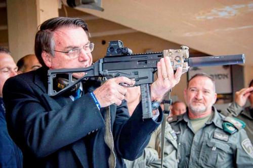 Jair Bolsonaro segura uma arma de fogo em uma foto publicada em seu Instagram durante visita oficial a Israel, em 1 de abril de 2019 [Reprodução/Instagram]