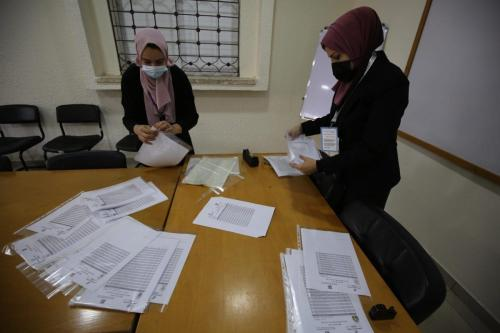 No total, 1.389 candidatos em 36 listas concorrem às eleições palestinas [Mohammed Asad/Monitor do Oriente Médio]