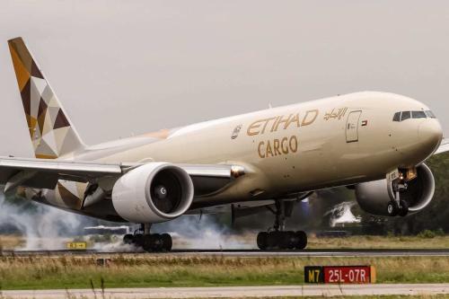 Um Boeing 777-FFX Cargo operado pela Etihad Airways dos Emirados Árabes em Frankfurt, Alemanha, em 8 de setembro de 2017. [Oliver Holzbauer/Flickr]