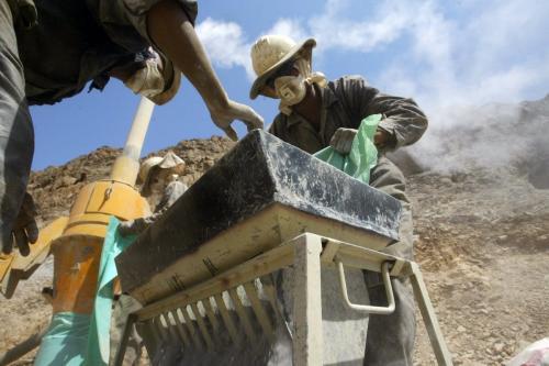 Trabalhadores egípcios manipulam amostras de minerais de uma mina de ouro em Marsa Alam, nas colinas do Mar Vermelho , 14 de setembro de 2006. [Khaled Desouki/ AFP via Getty Images]