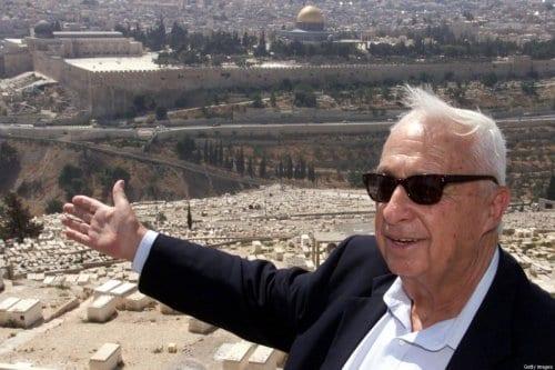 Falecido premiê israelense Ariel Sharon, então líder do partido ultranacionalista Likud, no Monte das Oliveiras, em Jerusalém ocupada, 24 de julho de 2000 [Menahem Kahana/AFP via Getty Images]