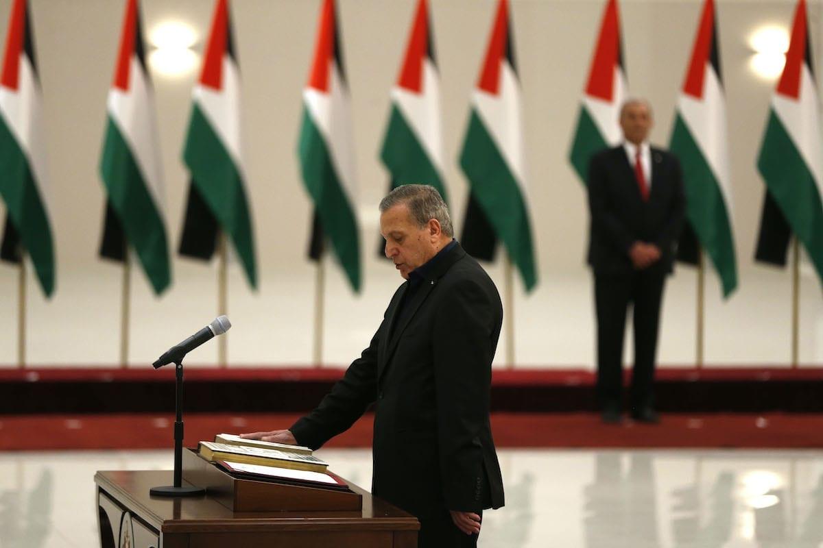 Nabil Abu Rudeineh toma posse como vice-premiê e Ministro da Informação do novo governo da Autoridade Palestina, em Ramallah, Cisjordânia ocupada, 13 de abril de 2019 [Abbas Momani/AFP via Getty Images]