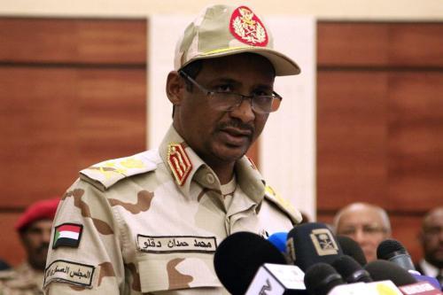 O vice-chefe do conselho militar sudanês, Mohamed Hamdan Dagalo, faz um discurso após assinar um acordo com os líderes do protesto em Cartum em 17 de julho de 2019. [Ebrahim Hamid/AFP via Getty Images]