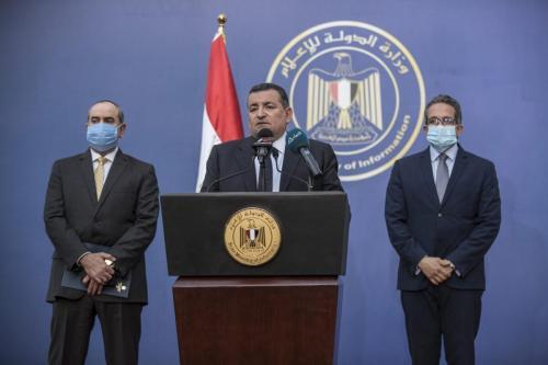 O Ministro de Estado da Mídia e Informação do Egito, Osama Heikal (C), fala durante uma coletiva de imprensa no Cairo em 14 de junho de 2020 [Khaled Desouki/ AFP via Getty Images