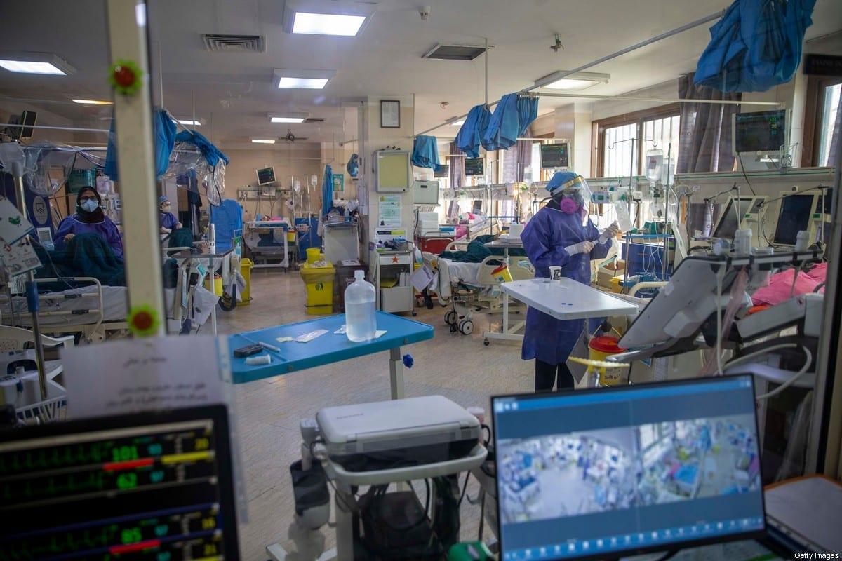 Profissionais com equipamento de proteção trabalham em uma ala de pacientes com covid-19 no Hospital de Masih Daneshvarri, em Teerã, 19 de agosto de 2020 [Majid Saeedi/Getty Images]