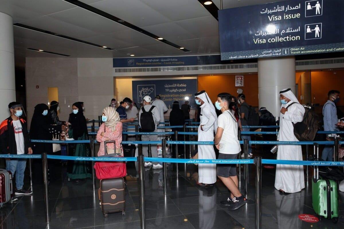 Passageiros de máscara devido à pandemia de covid-19 em fila no Aeroporto Internacional de Muscat, na capital de Omã, 1° de outubro de 2020 [Mohammed Mahjoub/AFP via Getty Images]