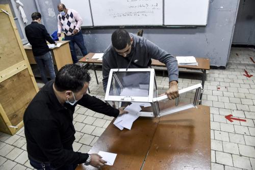 Os funcionários das assembleias de voto esvaziam uma urna para começar a contar depois que uma votação sobre uma constituição revisada terminou em uma estação na capital da Argélia, em 1 de novembro de 2020 [Ryad Kramdi/ AFP via Getty Images]