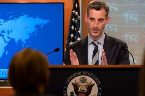 O porta-voz do Departamento de Estado dos EUA, Ned Price, fala durante uma coletiva de imprensa em 3 de fevereiro de 2021, no Departamento de Estado em Washington, DC. [JACQUELYN MARTIN/POOL/AFP via Getty Images]