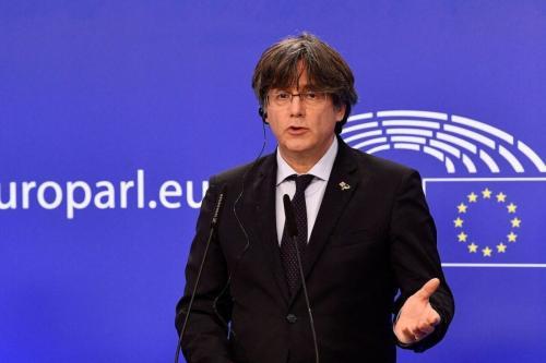 Ex-líder catalão e membro do Parlamento Europeu exilado, Carles Puigdemont fala durante uma coletiva de imprensa no Parlamento da UE em Bruxelas em 9 de março de 2021 [John Thys/ AFP via Getty Images]