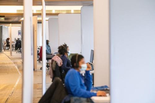 Funcionários de call center, em 13 de abril de 2021 [Benjamin Girette/Bloomberg via Getty Image]