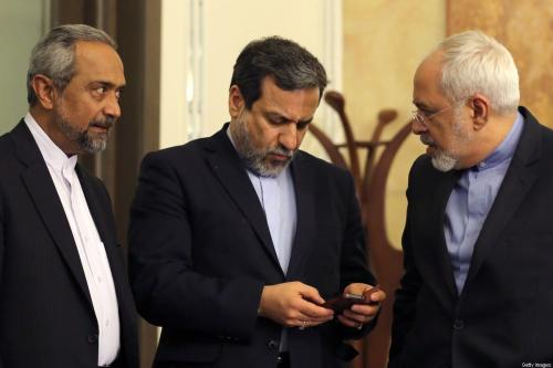 Da esquerda para a direita: Majid Takht-Ravanchi, ministro adjunto do Irã para relações com Estados Unidos e Europa; Abbas Araghchi, vice-chanceler e chefe de negociações para o acordo nuclear; e o Ministro de Relações Exteriores Mohammad Javad Zarif, durante evento da presidência iraniana em Teerã, 3 de abril de 2015 [Atta Kenare/AFP via Getty Images]