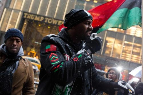 Hawk Newsome, um ativista do Black Lives Matter, lidera um protesto fora da Trump Tower em New Cidade de York em 14 de janeiro de 2017 [Dominick Reuter/ AFP via Getty Images]