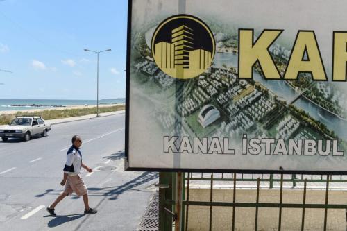 Um anúncio imobiliário oferece apartamentos com vista para o Canal, na pequena vila costeira de Karaburun, perto de Istambul, em 12 de junho de 2018. [Yasin Akgul/AFP via Getty Images]