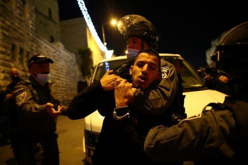 Forças israelenses intervêm contra palestinos enquanto se reúnem ao redor do Portão de Damasco após a oração de Tarawih, no Complexo Al-Aqsa, em Jerusalém Oriental, em 15 de abril de 2021 [Mostafa Alkharouf/Agência Anadolu]