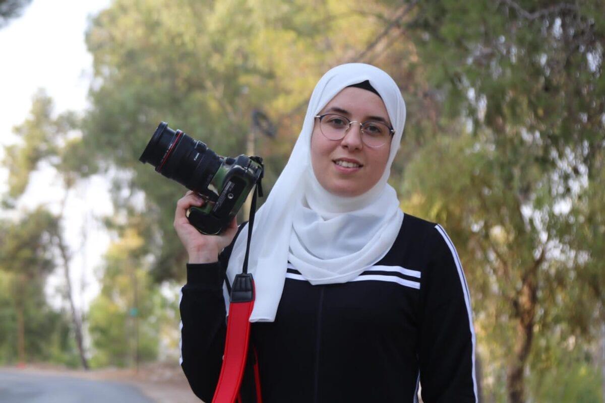 Bushra Al-Taweel, de 27 anos, foi detida em 8 de novembro a caminho de casa em Jenin, quando atravessa um posto de controle israelense, perto do assentamento ilegal de Yitzhar, na Cisjordânia ocupada