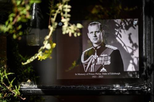 Uma foto antiga do príncipe Philip é vista em uma janela perto do Castelo de Windsor após sua morte em 9 de abril de 2021. [Leon Neal/Getty Images]