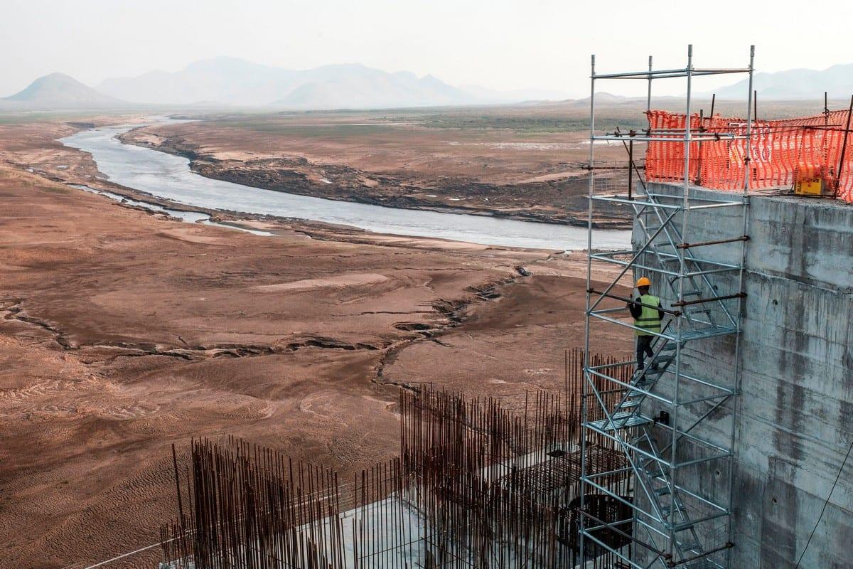Um trabalhador desce uma escada de construção na Grande Barragem da Renascença Etíope, na Etiópia, em 26 de dezembro de 2019. [Eduardo Soteras/AFP/Getty Images]