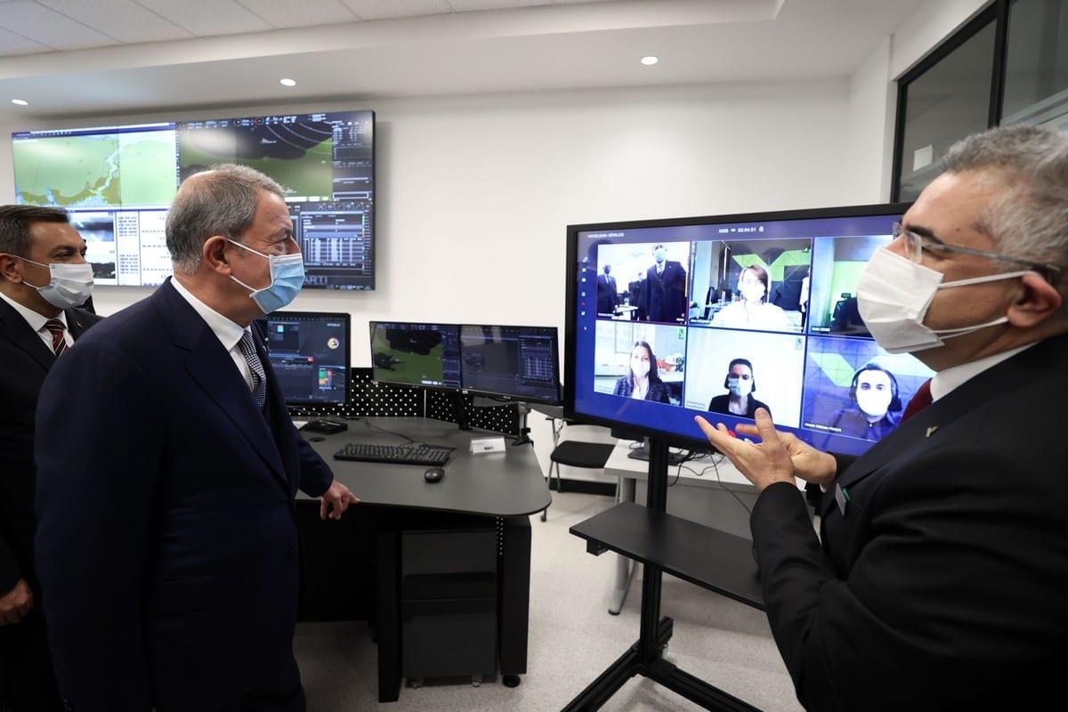 Ministro da Defesa da Turquia Hulusi Akar durante visita à empresa turca de sistemas informatizados Havelsan, em Ancara, 27 de fevereiro de 2021 [Arif Akdoğan/Agência Anadolu]