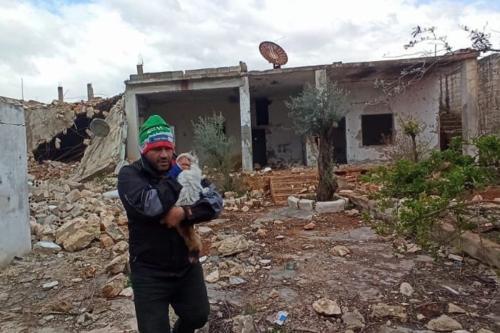 O homem-gato de Aleppo salva um gato de escombros. [theAleppoCatman/Twitter]