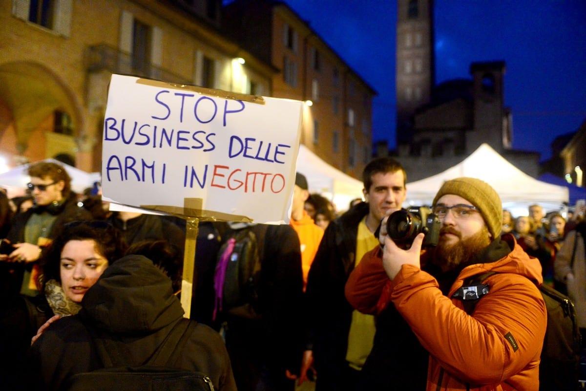 Milhares de estudantes italianos protestam contra venda de armas ao Egito em Bolonha, Itália em 17 de fevereiro de 2020 [Roberto Serra/ Iguana Press / Getty Images]