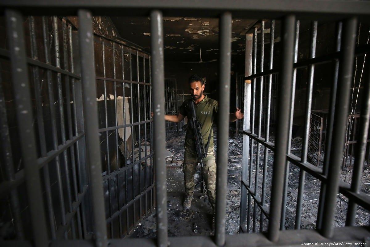 Oficial inspeciona uma prisão no Iraque, em 30 de junho de 2016 [Ahmad Al-Rubaye/AFP/Getty Images]