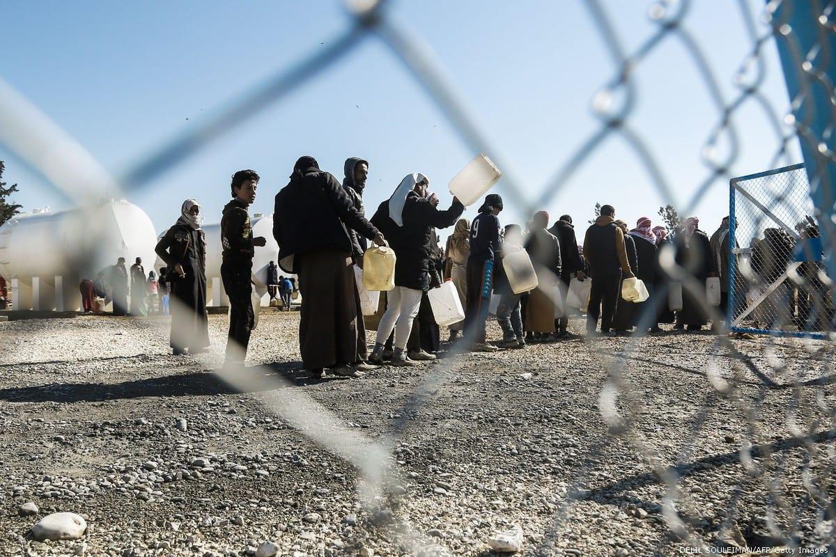 Refugiados em fila para obter água no campo de al-Hawl, Síria, 29 de janeiro de 2017 [Delil Souleiman/AFP/Getty Images]