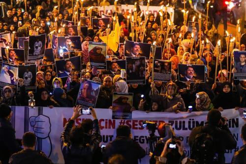 Protesto massivo da sociedade civil contra detenções ilegais conduzidas pelo regime egípcio do presidente e general Abdel Fattah el-Sisi, apó uma noite de orações na Mesquita de Fatih, em Istambul, Turquia, 10 de dezembro de 2019 [İslam Yakut/Agência Anadolu]