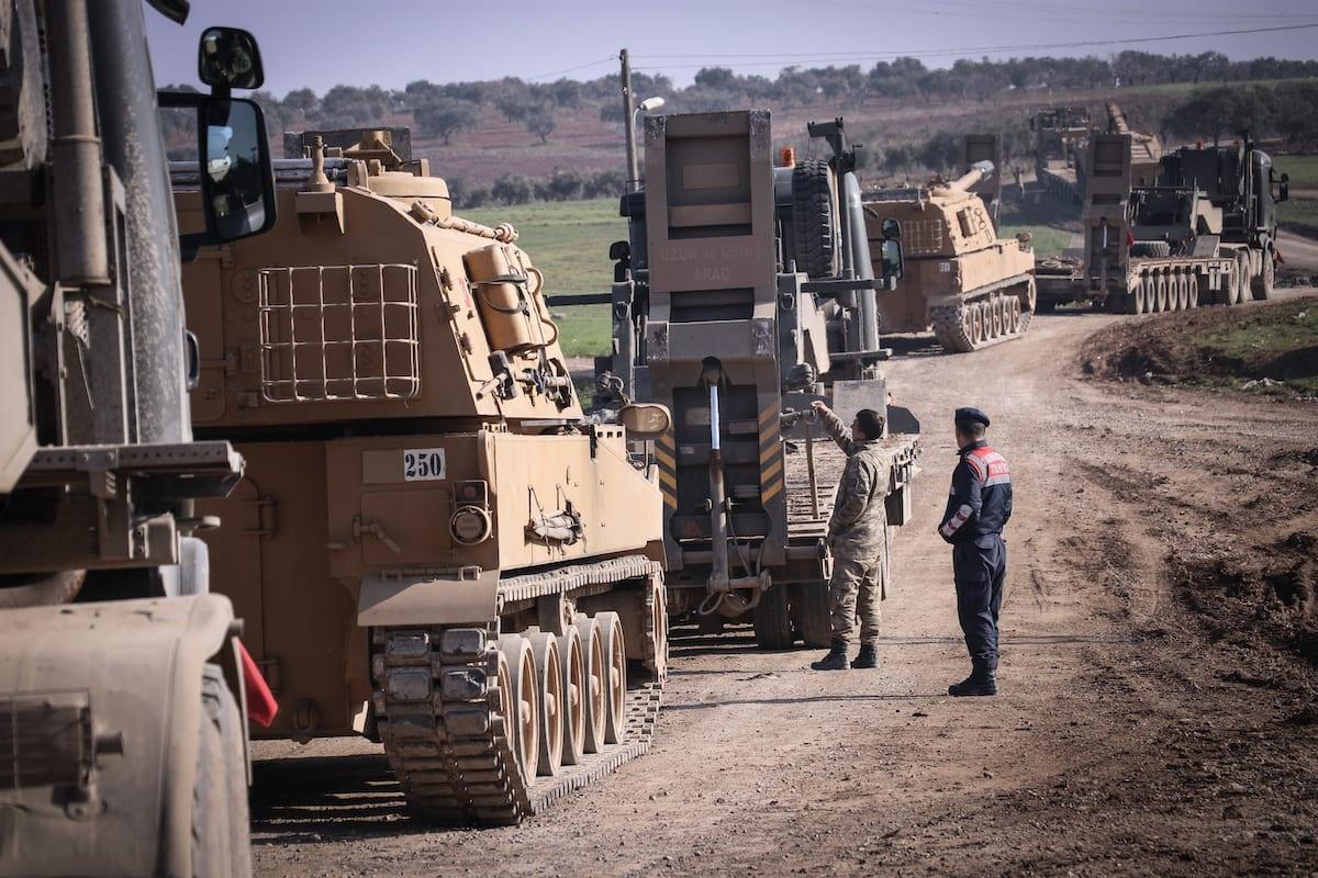 Veículos das Forças Armadas da Turquia na província turca de Hatay, em 17 de fevereiro de 2020 [Burak Milli/Agência Anadolu]