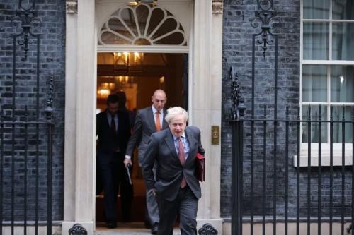 O primeiro-ministro do Reino Unido, Boris Johnson, deixa a Downing Street para presidir a reunião de gabinete em Londres, Inglaterra, em 8 de dezembro de 2020 [Tayfun Salci/Agência Anadolu]