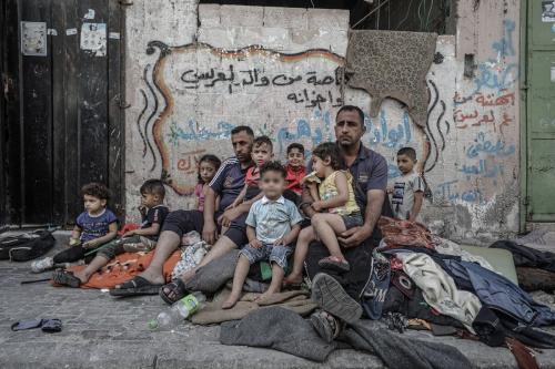 Uma família deslocada depois que sua casa na Faixa de Gaza foi alvejada em 17 de maio de 2021 (Ali Jadallah)