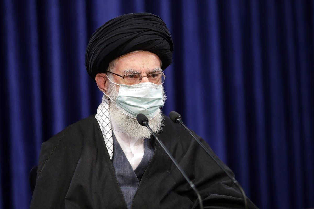 O líder supremo iraniano, Ali Khamenei, se dirige às pessoas por meio de uma transmissão ao vivo na televisão estatal por ocasião do aniversário dos protestos de Qom de 1978 em Teerã, Irã, em 8 de janeiro de 2021 [Gabinete de Imprensa do Líder Iraniano/Agência Anadolu]