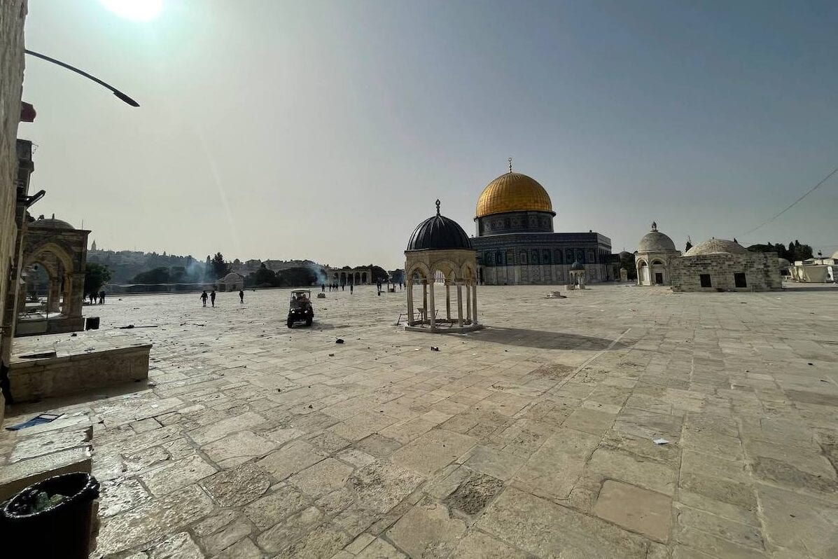 A polícia israelense intervém nos palestinos, que estavam esperando no Haram esh-Sharif para impedir que judeus fanáticos invadissem o Complexo Masjid al-Aqsa, com gás lacrimogêneo em Jerusalém Oriental, em 10 de maio de 2021 [Mostafa Alkharouf/Agência Anadolu]