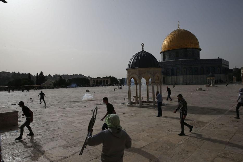 A polícia israelense intervém nos palestinos, que estavam de guarda para impedir que judeus fanáticos invadissem o Complexo Masjid al-Aqsa, em Jerusalém Oriental, em 10 de maio de 2021 [Mostafa Alkharouf/Agência Anadolu]