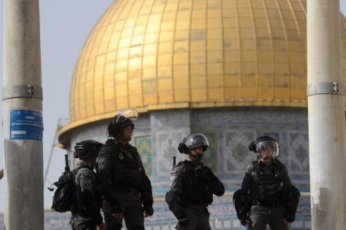 Polícia israelense cercaa mesquita e permite que judeus fanáticos ataquem o complexo Masjid al-Aqsa, em Jerusalém Oriental em 10 de maio de 2021 [Muath Khatib / Agência Anadolu]