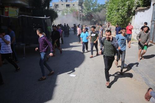 Bombardeio por aviões de guerra israelenses perto de civis na Faixa de Gaza em 13 de maio de 2021 [Hassan Jedi / Agência Anadolu]