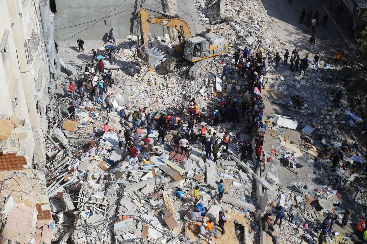 Trabalhos de busca e resgate são realizados após ataques aéreos do exército israelense atingirem edifícios residenciais em Gaza em 16 de maio de 2021 [ Ashraf Amra / Agência Anadolu]