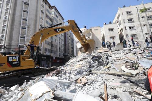 Ataques aéreos israelenses deixam destroços em Gaza [Mohammed Asad/Monitor do Oriente Médio]