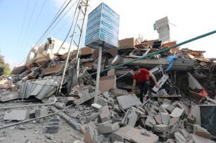Ataques aéreos israelenses atingem um prédio residencial de seis andares que também abrigava o Centro Nafha para Estudos Israelenses na Cidade de Gaza [Mohammed Asad/Monitor do Oriente Médio]