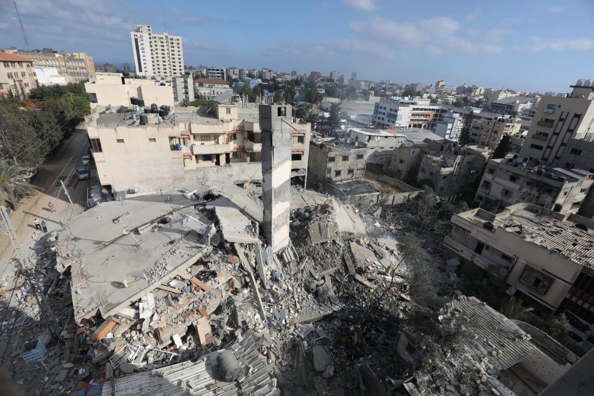Edifício residencial de seis andares e sede do Centro Nafha de Estudos Israelenses, destruído por bombardeios da ocupação sionista na Cidade de Gaza, 18 de maio de 2021 [Mohammed Asad/Monitor do Oriente Médio]