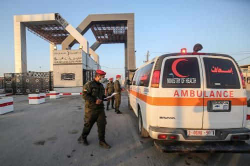 Ambulâncias que evacuam palestinos feridos para o Egito para tratamento chegam à passagem de Rafah, em 27 de setembro de 2020 [Diz Khatib/AFP/Getty Images]