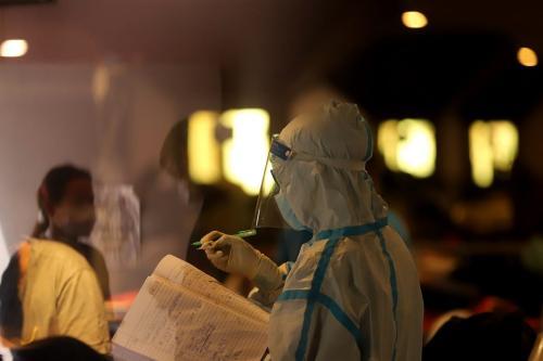 Um trabalhador de saúde é visto em uma instalação improvisada de quarentena d covid-19 instalada em Nova Delhi, Índia, em 27 de abril de 2021 [Amarjeet Kumar Singh/Agência Anadolu]