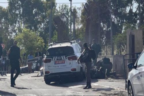 Jovem palestino avança contra posto de controle da polícia israelense no bairro de Sheikh Jarrah, em Jerusalém ocupada, 16 de maio de 2021 [MaydanAlquds/Twitter]