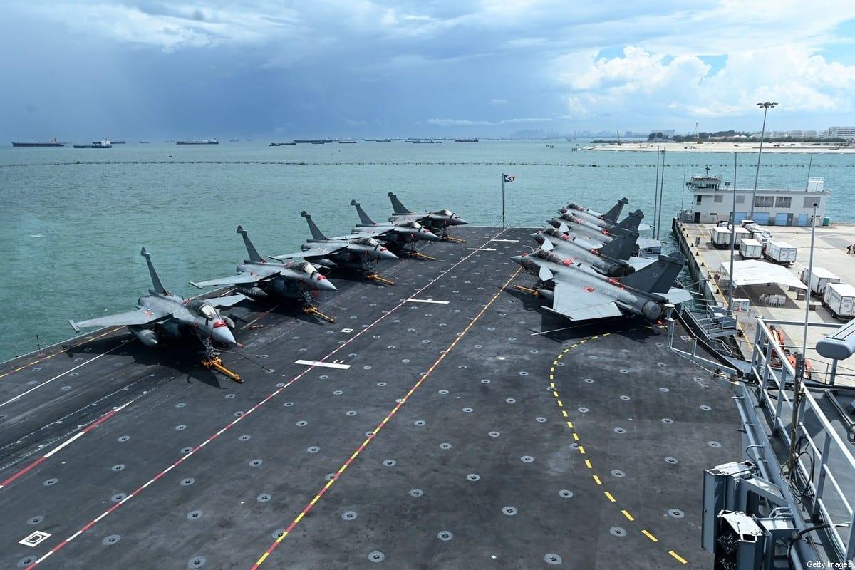 Jatos de guerra Rafale, fabricados na França, na pista de pouso do porta-aviões Charles de Gaulle, na base naval de Changi, Cingapura, 28 de maio de 2019 [Roslan Rahman/AFP via Getty Images]