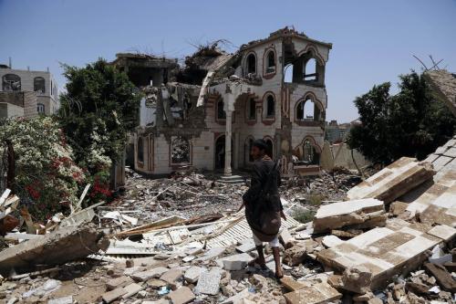 Um homem caminha sobre os escombros de uma casa atingida por ataques aéreos perpetrados por aviões de guerra da coalizão liderada pelos sauditas, em 28 de julho de 2019, em Sana'a, Iêmen [Mohammed Hamoud/Getty Images]
