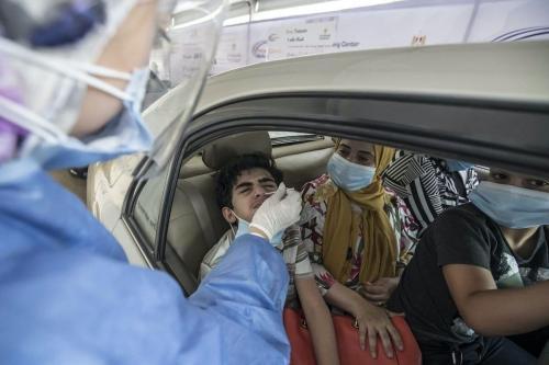 Egípcios são testados para covid-19 em um centro de testes de coronavírus drive-through no Cairo, Egito, em 29 de junho de 2020 [KHALED DESOUKI / AFP / Getty Images]