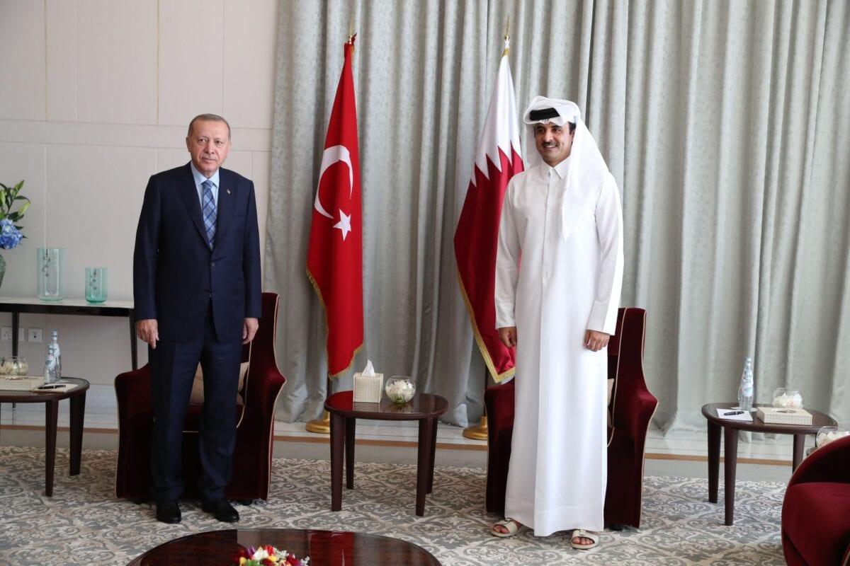Presidente da Turquia Recep Tayyip Erdogan (à esquerda) encontra-se com o Emir do Catar Tamim bin Hamad al-Thani na capital catariana Doha, [Murat Cetinmuhurdar/Gabinete de Imprensa da Presidência da Turquia/AFP via Getty Images]